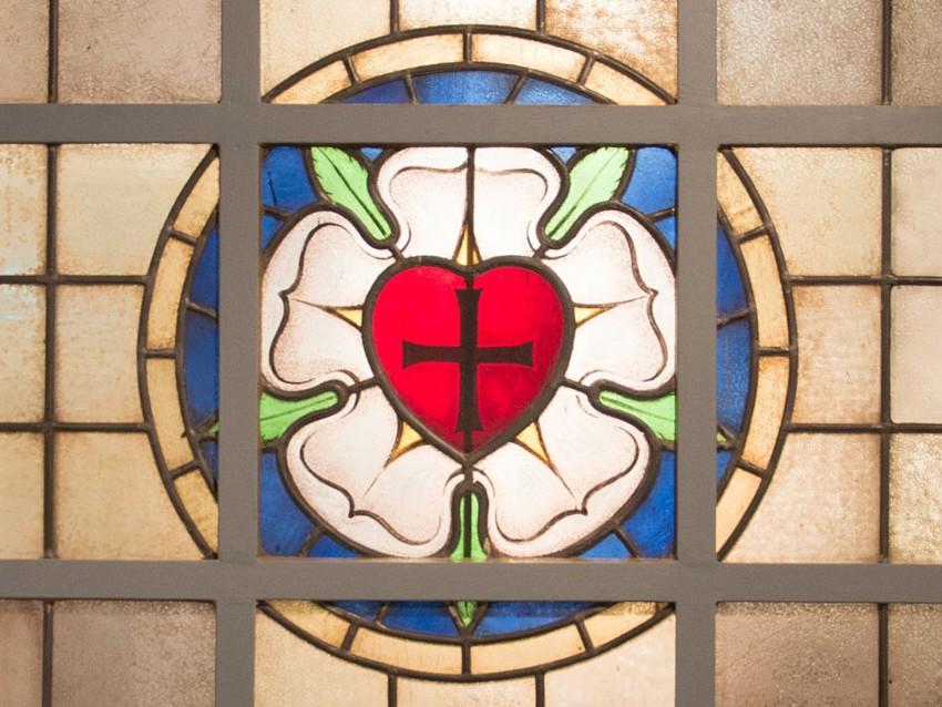 Lutherrose in einem früheren Kirchenfenster aus Dorsten in der Ausstellung Reformation und Ruhrgebiet im Martin Luther Forum Ruhr. Foto ©Andrea Conrad/MLFR